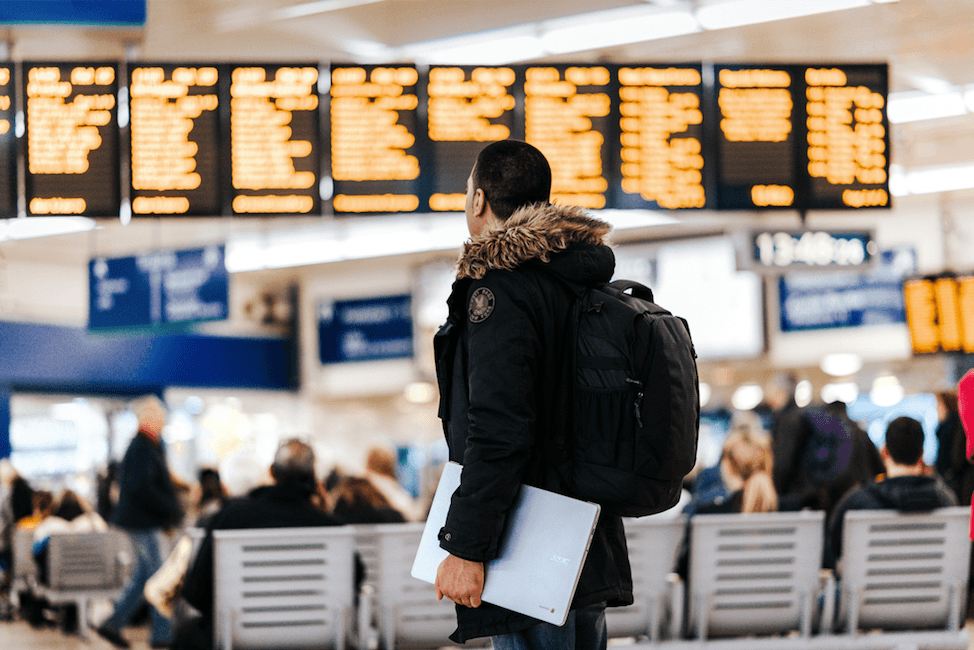 traveling-abroad-expat-pressional-airport