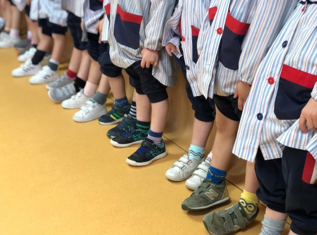 Students' feet lined up in a line. What makes a good teacher?