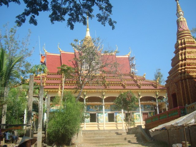 A photo of a building in Kompong Phluk during the dry season