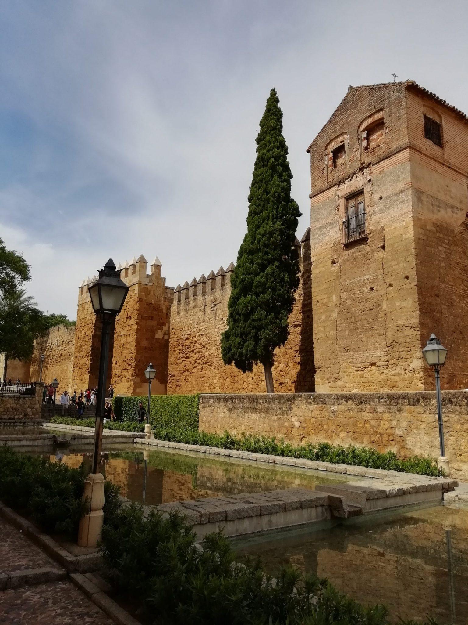 Muralla y jardines junto a la Puerta de Almodóvar.