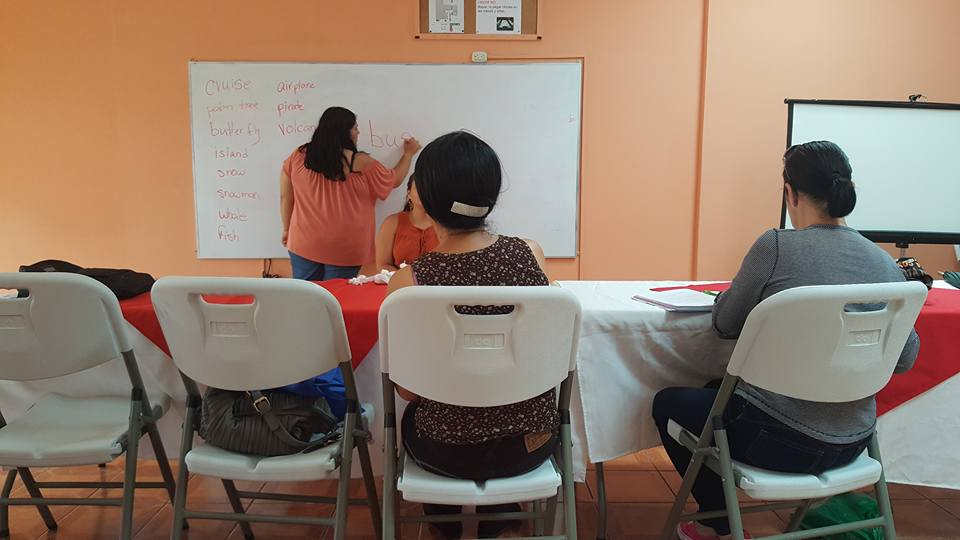 Alexandra teaching while volunteering in Costa Rica