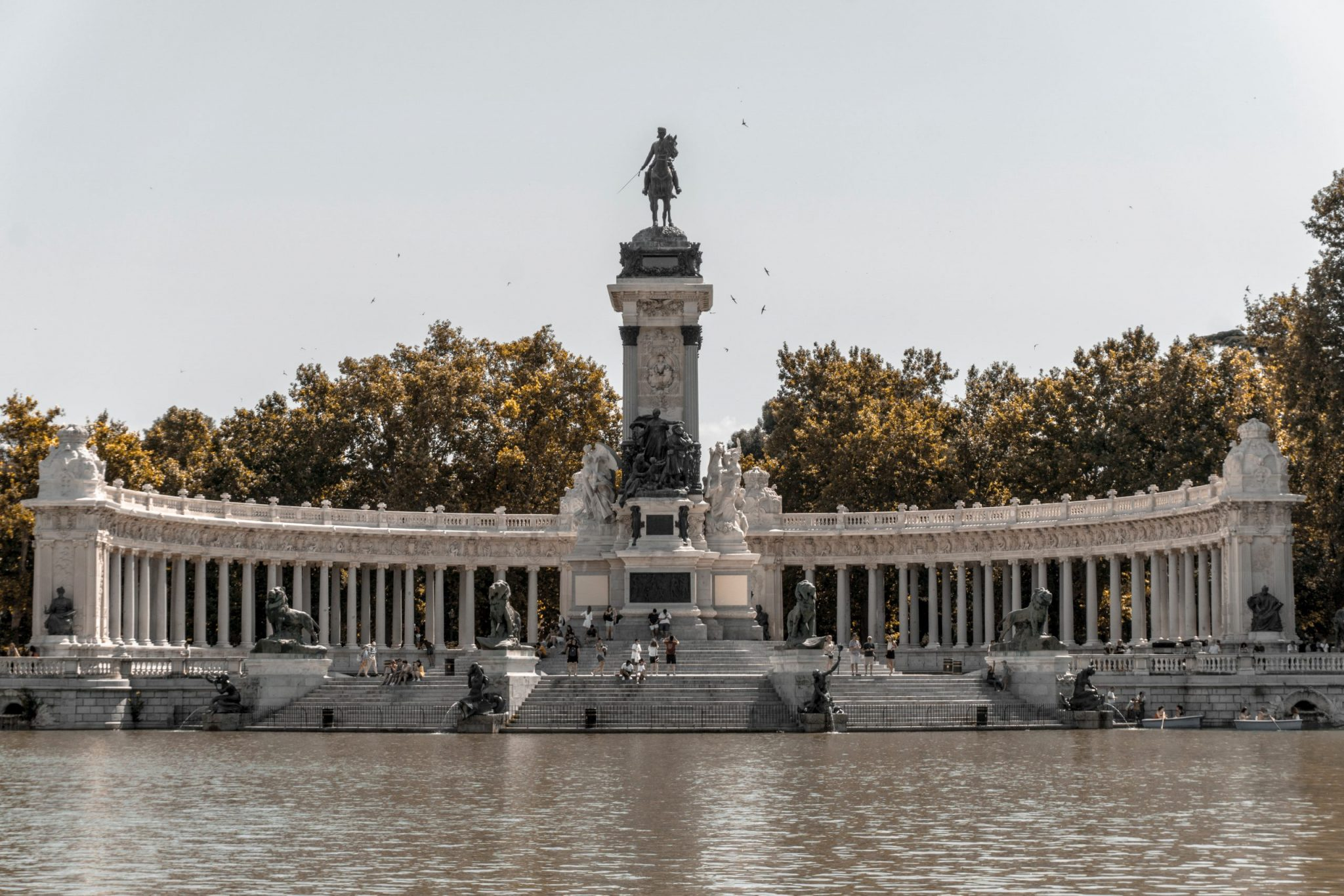 A photo of the pond at Buen Retiro Park in Madrid, Spain